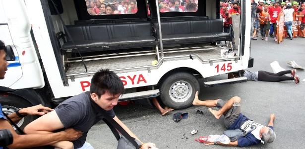 Carro da polícia atropela manifestantes durante protesto diante da Embaixada dos EUA em Manila