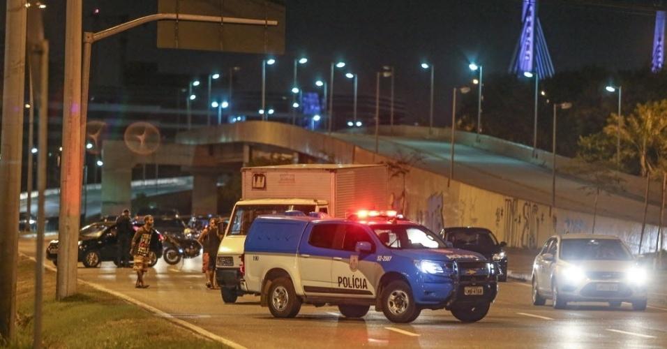 11.fev.201 - Sem aderir a greve, policiais militares fazem operação na Linha Amarela,que liga as zonas norte a oeste do Rio de Janeiro