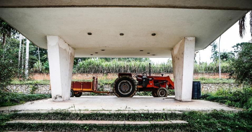 17.mar.2017 - Trator estacionado no Sítio Paiquerê, onde a família proprietária decidiu investir no cultivo de alimentos orgânicos