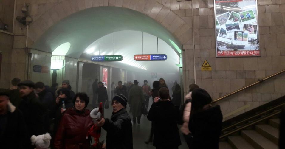 3.abr.2017 - Fumaça se espalha pelos corredores da estação de metrô em São Petersburgo, na Rússia, onde uma explosão à bomba deixou mortos e feridos