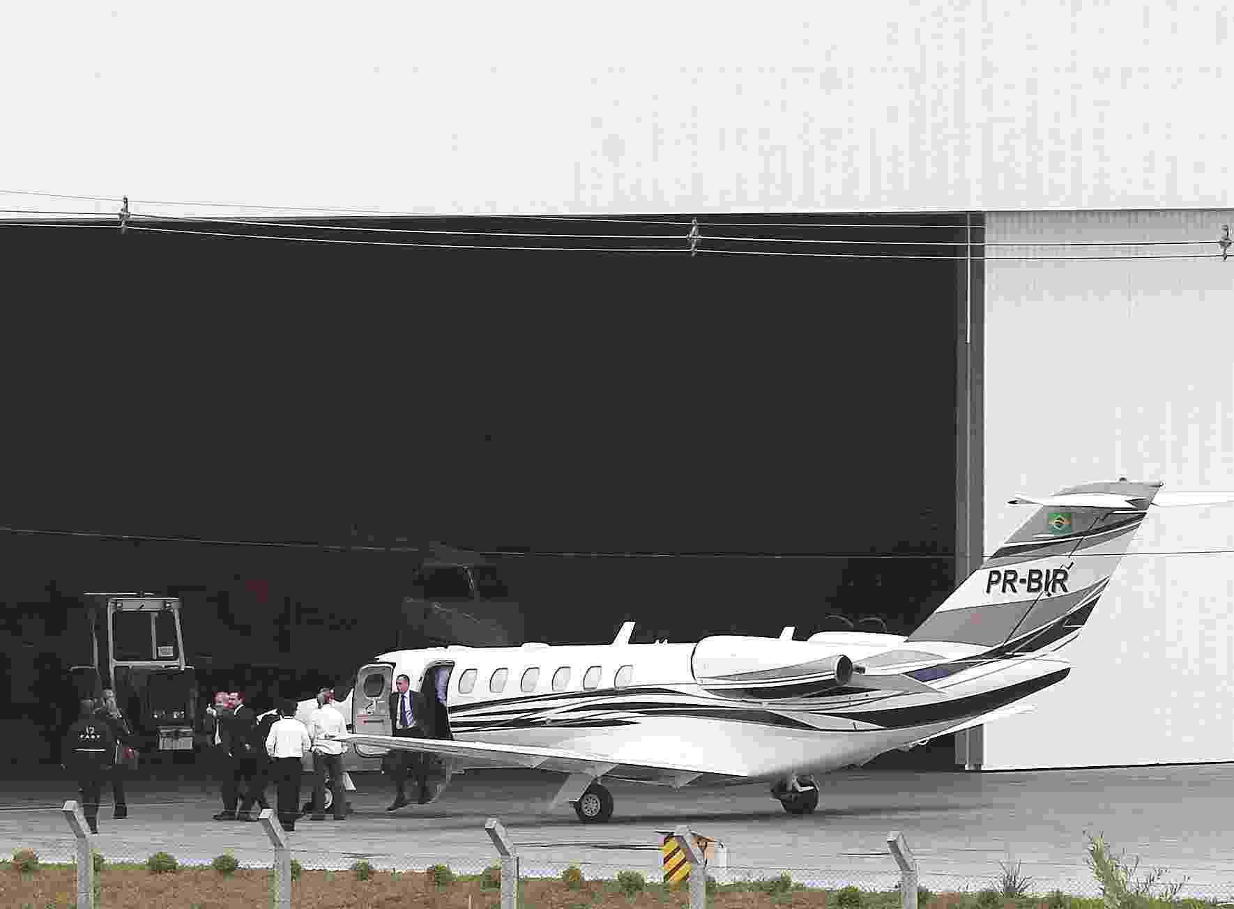 10.mai.2017 - O ex-presidente Luiz Inácio Lula da Silva desembarca no aeroporto Afonso Pena, em Curitiba. Lula irá prestar depoimento ao juiz Sérgio Moro em audiência da Operação Lava Jato sobre caso do tríplex no Guarujá. A ex-presidente Dilma Rousseff também já está em Curitiba vinda de Porto Alegre - Reuters