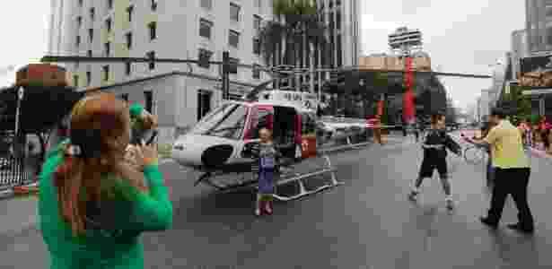 14.mai.2017 - Algumas pessoas que passavam pela Av. Paulista aproveitaram para tirar fotos com helicóptero - Nelson Antoine/Estadão Conteúdo - Nelson Antoine/Estadão Conteúdo