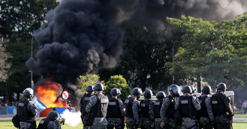 24.mai.2017 - Policiais Militares atiram bombas de efeito moral para tentar dispersar os manifestantes que atearam fogo à Esplanada dos Ministérios