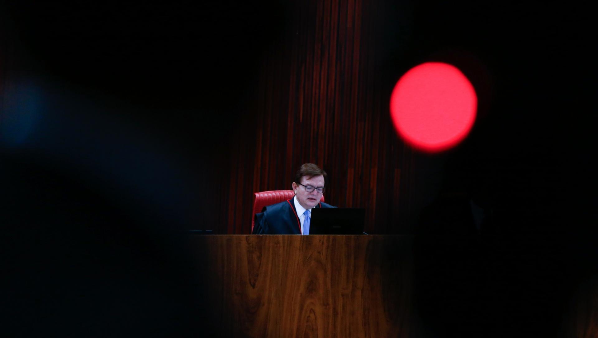 O relator do processo contra a chapa Dilma-Temer no TSE, o ministro Herman Benjamin, lê o relatório sobre a ação que pode cassar o mandato de Michel Temer. O texto tem mais de mil páginas
