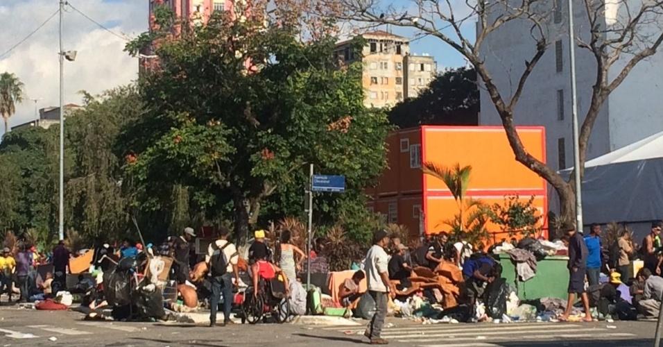 22.jun.2017 - Usuários de drogas se concentram entre a rua Helvetia e a Alameda Cleveland após deixarem a Praça Princesa Isabel, na região central de São Paulo
