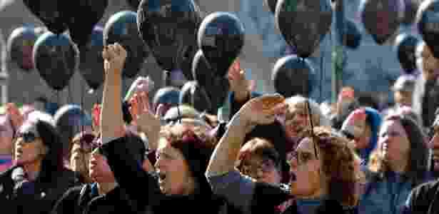 """27.jun.2017 - Em """"luto"""", servidores levam balões pretos a protesto nesta terça (27) - Gisele Pimenta/Estadão Conteúdo"""