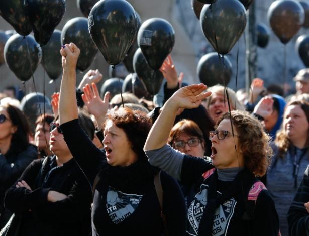 27.jun.2017 - Em 'luto', servidores levam balões pretos a protesto nesta terça (27)