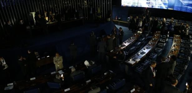 Senado ficou às escuras durante sessão nesta terça-feira (11)