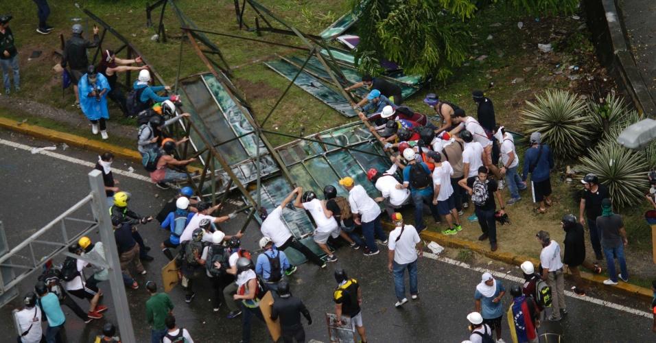 30.jul.2017 - Opositores criam barricada durante conflito com as forças de segurança