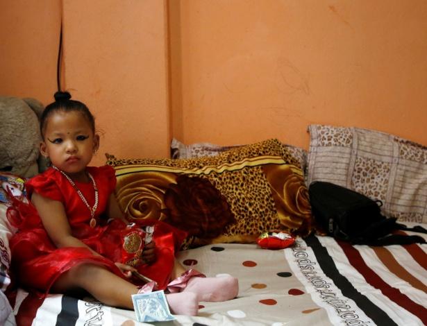 """Trishna Shakya, 3 anos, foi designada como a nova """"deusa viva"""" Kumari de Kathmandu depois que a sua antecessora perdeu o posto por ter alcançado a puberdade - NAVESH CHITRAKAR/REUTERS"""