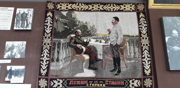 Tapeçaria com as imagens de Lenin e Stálin exposta em museu de Gori, Geórgia