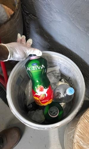Entre os alimentos apreendidos, estavam garrafas de iogurte em um balde de gelo improvisado pelos próprios presos