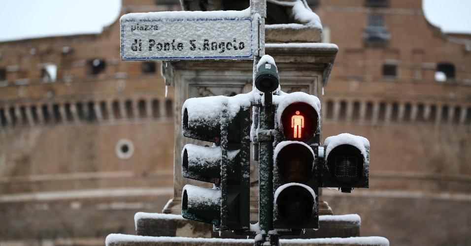 26.fev.2018 - Semáforo é coberto por neve em Roma, Itália
