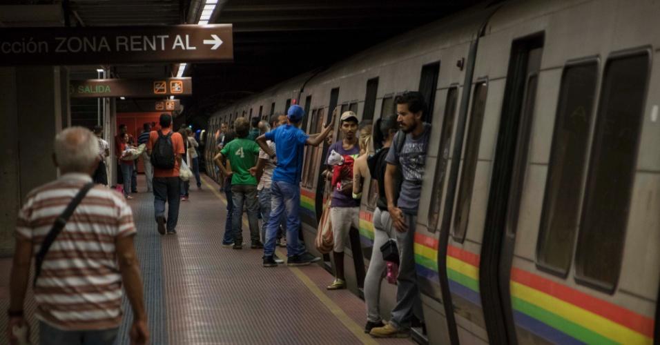 22.mar.2018 - Passageiros desembarcam de trem na estação Bello Monte, na Linha do metrô de Caracas: composição leva até 25 minutos para chegar