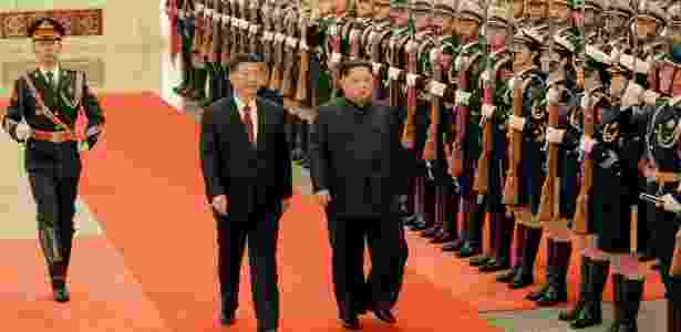 28.mar.2018 - Kim Jong-un e Xi Jinping visitam tropas chinesas em Pequim  - KCNA/Reuters
