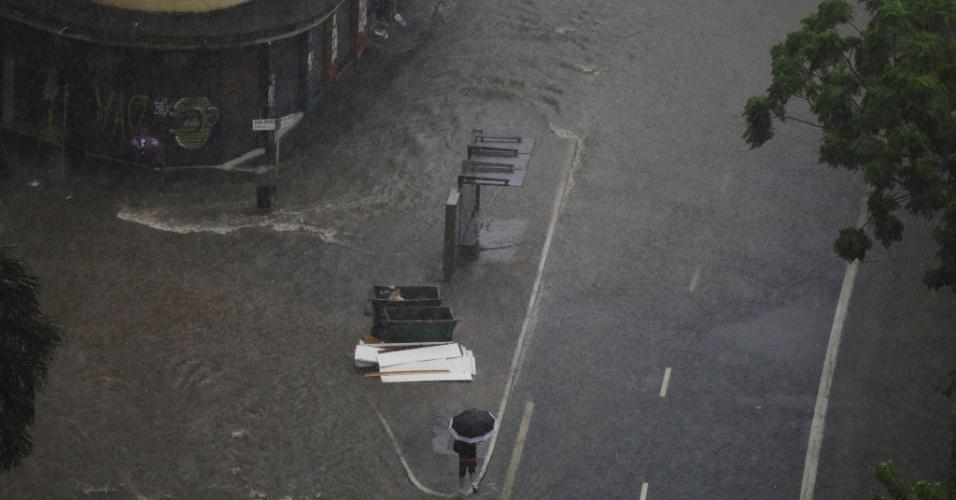 28.mar.2018 -Ponto de alagamento na Avenida Nove de Julho, nas proximidades da praça da Bandeira, durante a forte chuva que atinge a região central de São Paulo, na tarde desta quarta-feira, 28.
