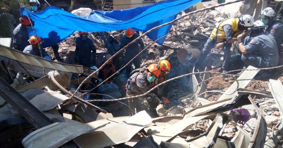 4.mai.2018 - Bombeiros trabalham em local onde um corpo foi localizado em meio aos escombros do edifício que desabou no centro de São Paulo