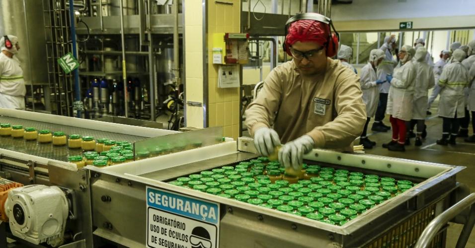Funcionário organiza papinhas da Nestlé