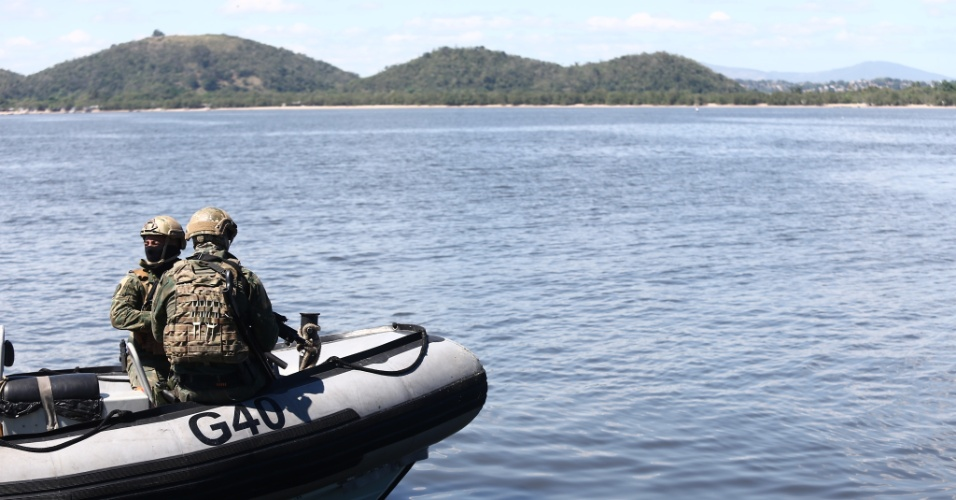 Militares patrulham o entorno do Complexo do Salgueiro pelo mar