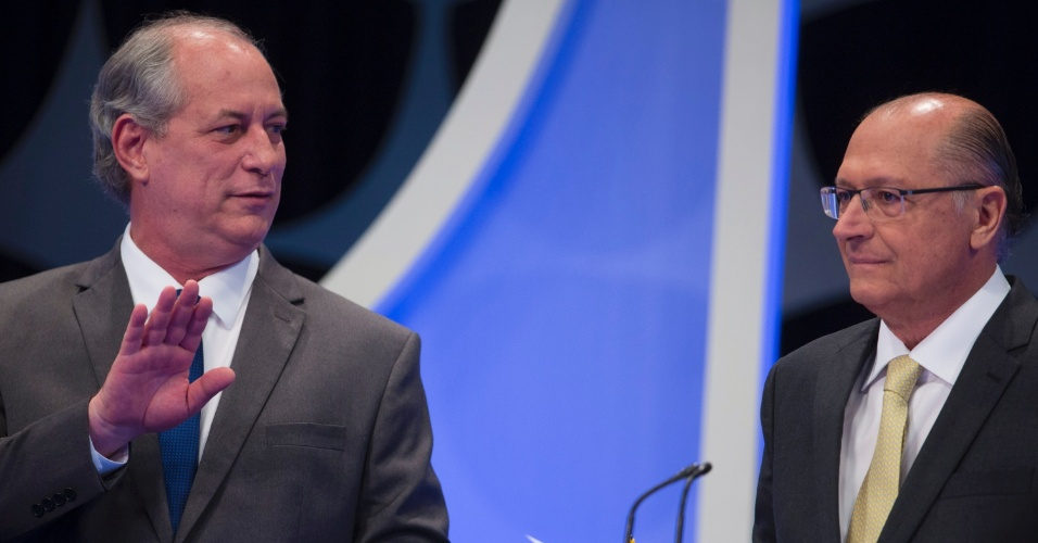 Ciro Gomes (PDT) se aproxima de Geraldo Alckmin (PSDB) durante o debate presidencial
