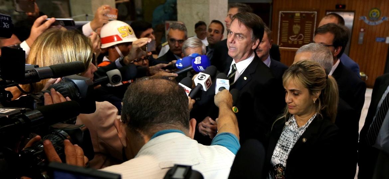 O presidente eleito Jair Bolsonaro conversa com jornalistas - Ernesto Rodrigues/Estadão Conteúdo