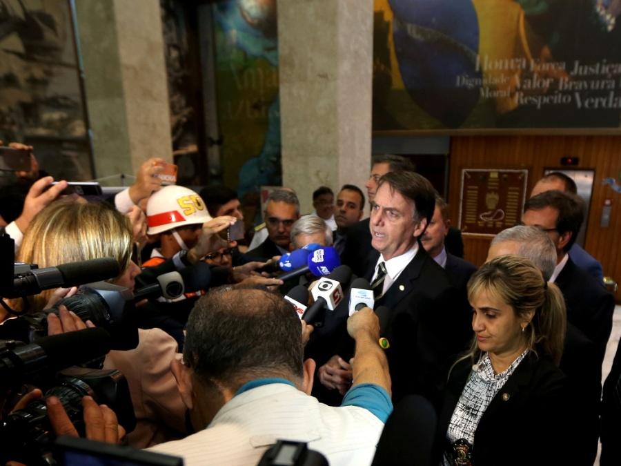 """6.nov.2018 - Bolsonaro falou com a imprensa após sair do Comando da Marinha. Mais cedo, na saída do Ministério da Defesa, ele se recusou a responder a questionamento feito pela Folha de S.Paulo sobre o cancelamento de uma visita que seria feita pelo governo brasileiro ao Egito.""""Não, outro assunto, outra pergunta aí"""", disse"""