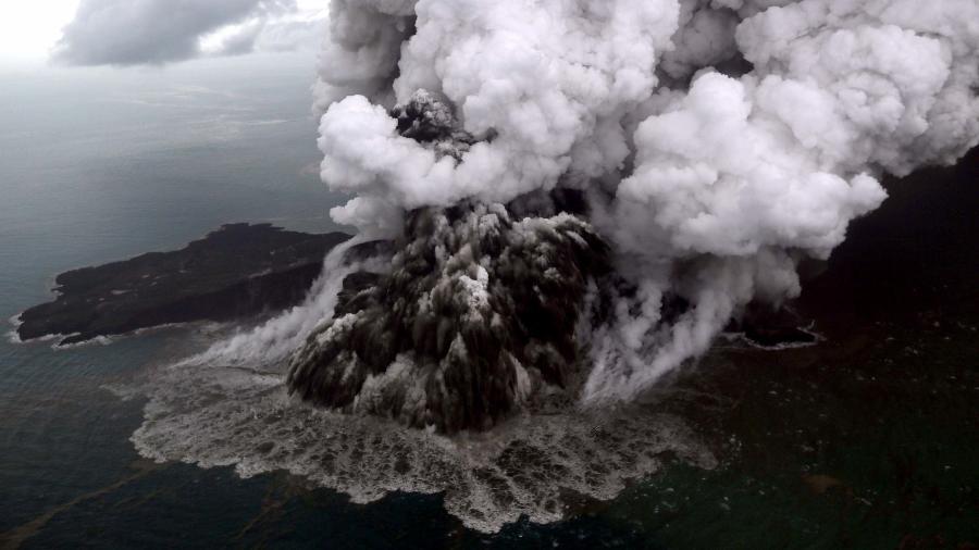 23.dez.2018 - Foto aérea mostra o vulcão Anak Krakatau em erupção, uma das causas do tsunami que atingiu a Indonésia - Nurul Hidayat/AFP
