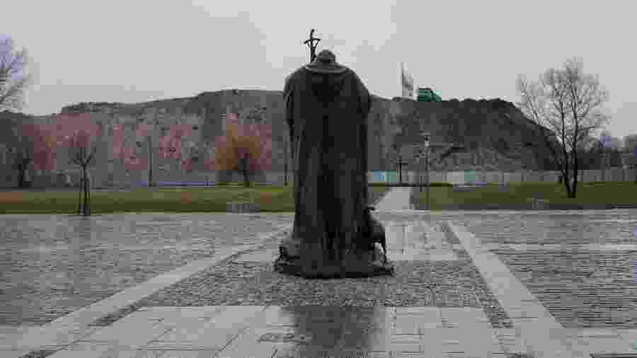 Estátua do papa João Paulo 2º em Cracóvia, na Polônia; ele foi santificado em 2014 - Maciek Nabrdalik/The New York Times