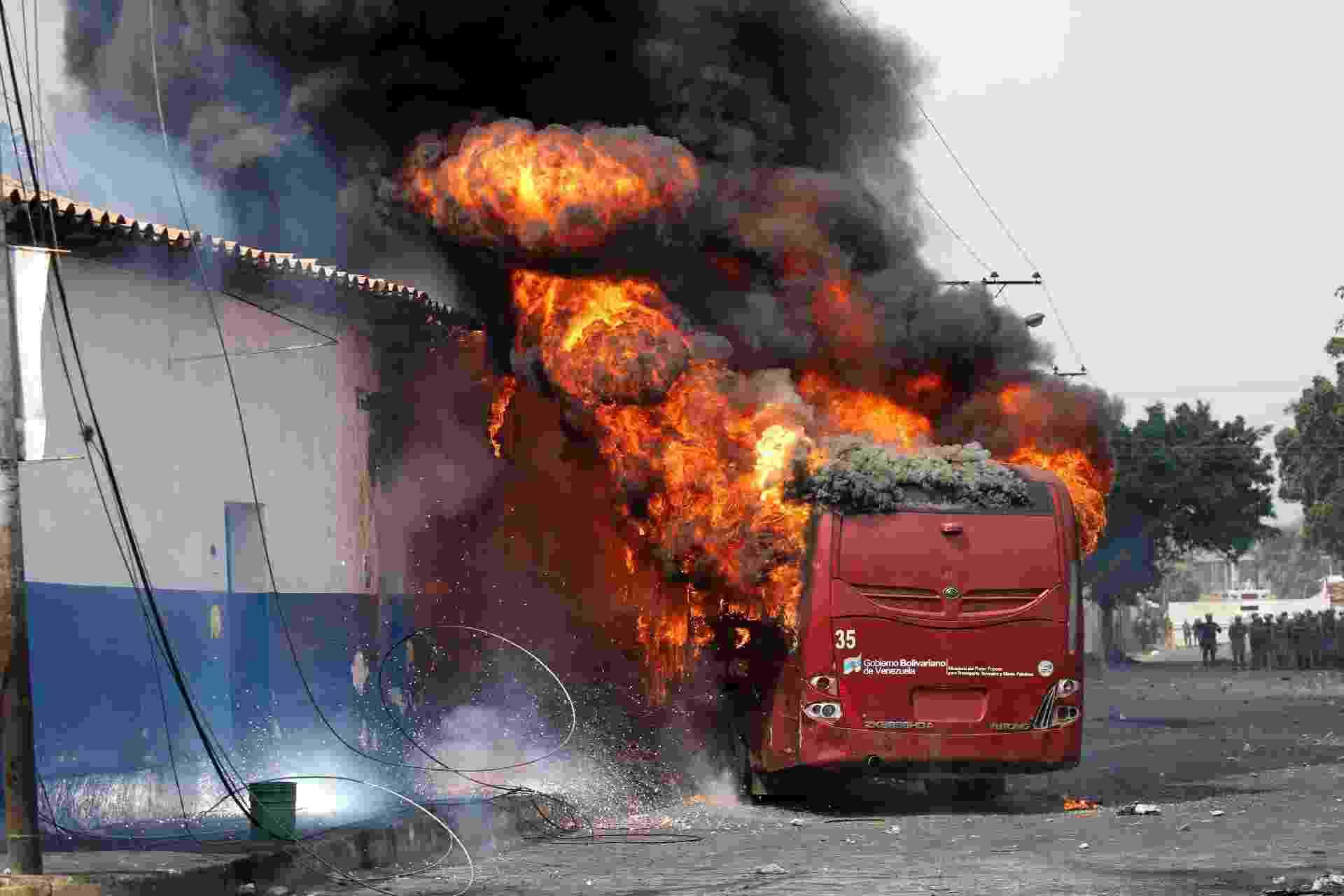 23.fev.2019 - Manifestantes incendeiam ônibus na cidade de Ureña, na Venezuela - Andres Martinez Casares/Reuters