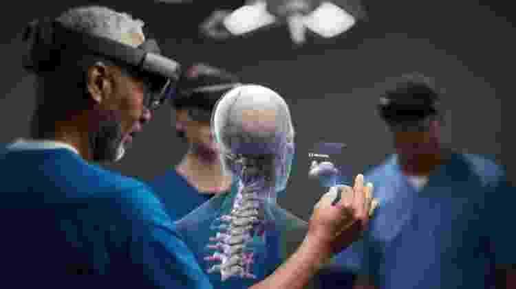 Médicos usam o Hololens 2 para analisar como farão uma cirurgia - Divulgação/Microsoft - Divulgação/Microsoft