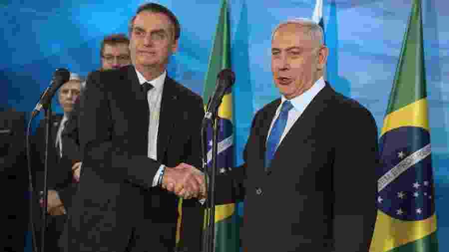 31.mar.2019 - O primeiro-ministro de Israel, Benjamin Netanyahu, cumprimenta o presidente Jair Bolsonaro - Heidi Levine/Pool/AFP