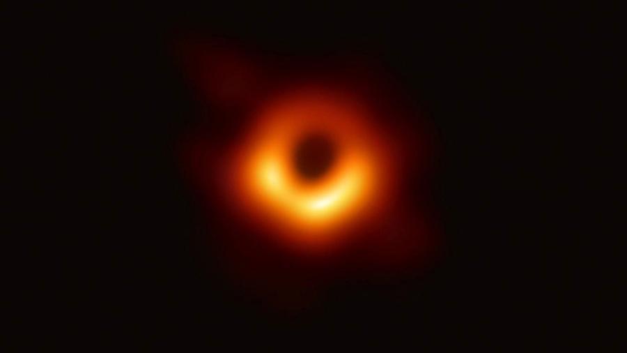 A primeira imagem de um buraco negro foi feita a partir da colaboração de rádio telescópios por toda a Terra - Divulgação/EHT Collaboration