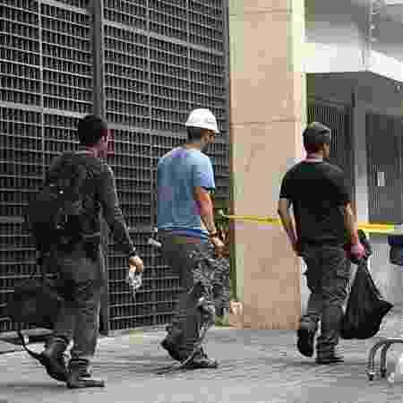 Parte carbonizada do gerador é retirada do Hospital Badim por peritos - Lola Ferreira/UOL