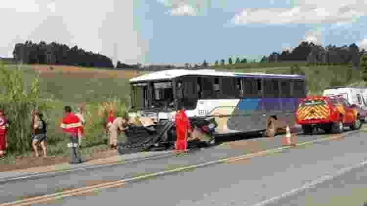 Veículo ficou sob um ônibus que levava trabalhadores - Divulgação/PRF