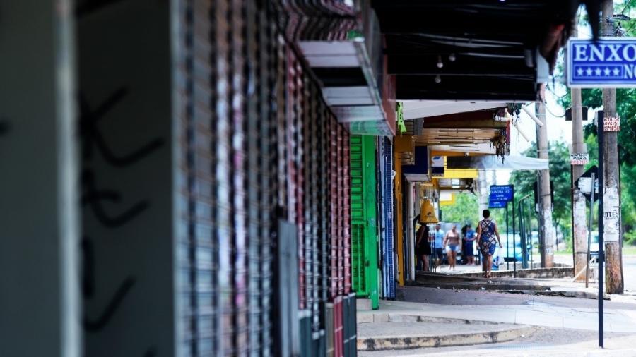 Na imagem de março de 2020, comércio fechado no Distrito Federal em meio à pandemia do novo coronavírus. Governos tiveram determinar o restrição do funcionamento de lojas e gastar dinheiro para combater a crise de saúde pública mundial - Cristiano Costa