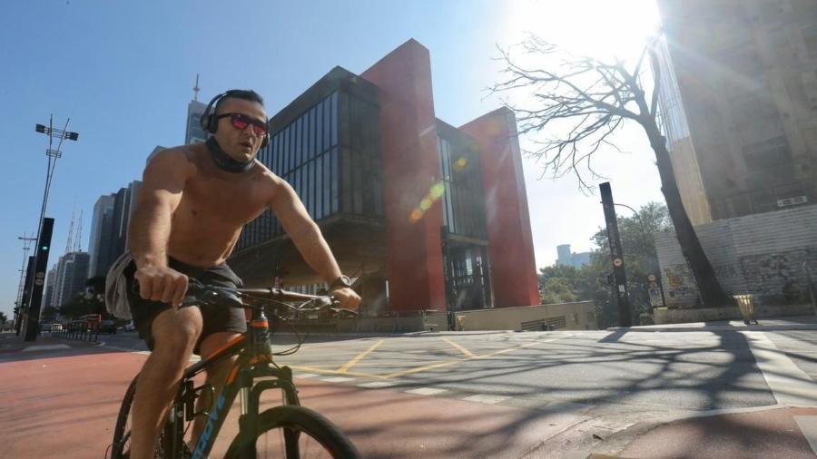 Ciclista pedala na ciclovia da avenida Paulista: bikes estão em alta no Brasil  - Ricardo Matsukawa/UOL