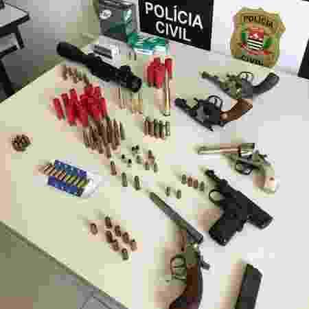 Nove armas e 300 munições foram encontradas; Policiais se surpreenderam com objetos nazistas - Polícia Civil / Deinter 2