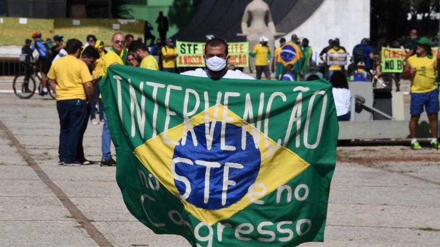 Faixa com dizeres contra o STF e o Congresso é exibida em protesto a favor de Bolsonaro, em Brasília - Evaristo Sá/AFP - 31.mai.2020