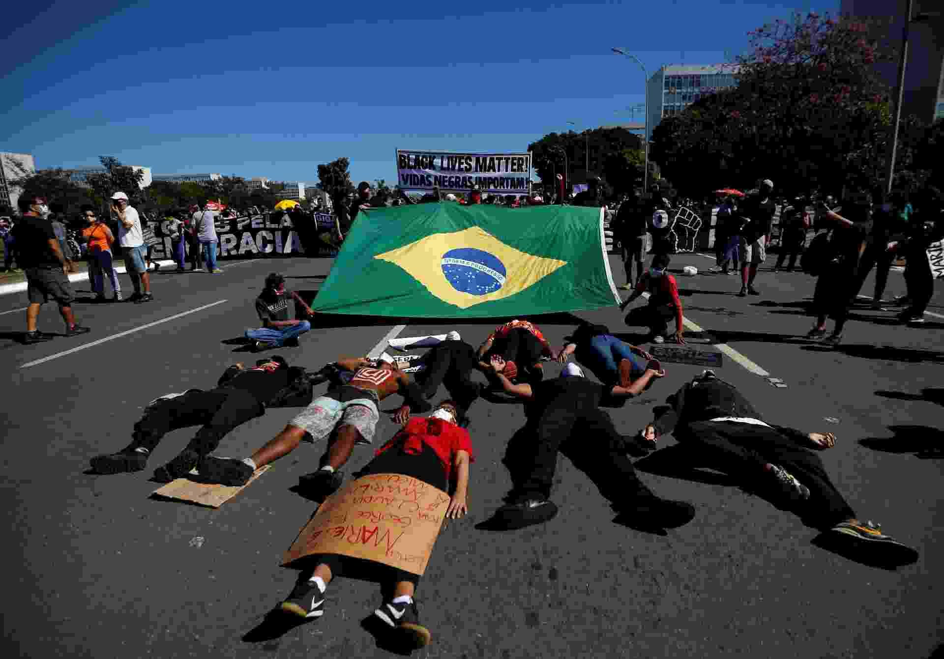 Manifestações pró e contra Bolsonaro acontecem em Brasília - ADRIANO MACHADO/Reuters