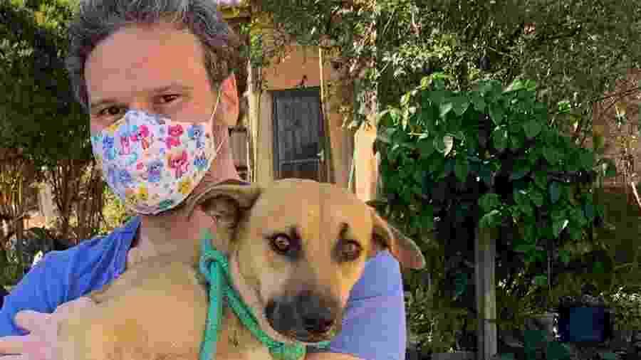 O deputado federal Fred Costa (Patriota-MG) e um cão vira-lata caramelo - Reprodução/Facebook