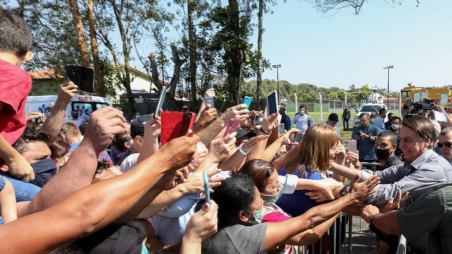 Jair Bolsonaro cumprimenta apoiadores durante passagem pela cidade de Pariquera-Açu (SP) - Divulgação/Flickr do Palácio do Planalto