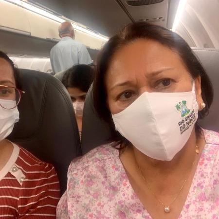 """""""Partiu, SP!"""": governadora do Rio Grande do Norte, Fatima Bezerra, posta do avião ao embarcar para São Paulo neste domingo (17) - Redes sociais"""