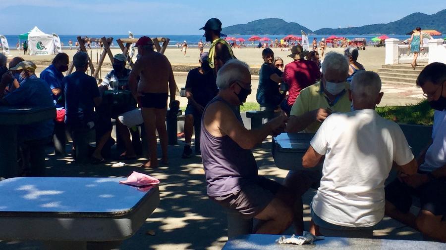 Reportagem encontrou alguns idosos jogando dominó sem usarem a máscara de proteção, enquanto outros estavam com o acessório - Maurício Businari/UOL