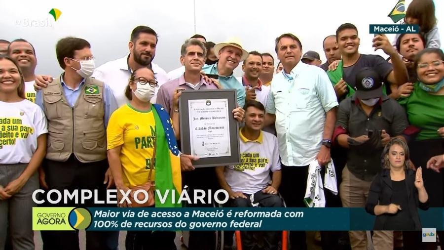 Placa recebida por Jair Bolsonaro em Maceió - Reprodução