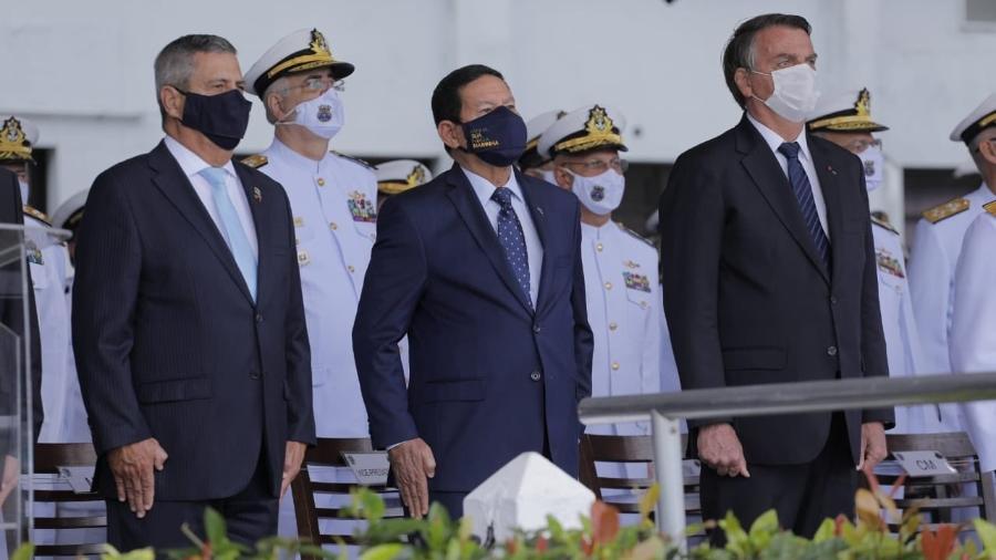 Presidente Jair Bolsonaro participa de cerimônia na Escola Naval, na Ilha de Villegagnon, no Rio, ao lado do vice Hamilton Mourão (centro) e do ministro da Defesa, Walter Braga Neto - Reprodução/Twitter/General Hamilton Mourão