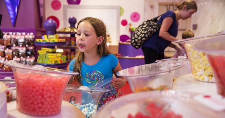 15.jul.2015 -Menina escolhe doces na loja de brinquedos FAO Schwarz, que fica na Quinta avenida, em Nova York (EUA), nesta quarta-feira (15), no seu último dia de funcionamento. A FAO Schwarz já teve vários endereços na