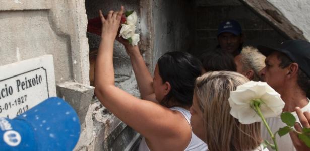 Familiares e amigos colocam flores durante sepultamento do adolescente Eduardo Felipe Santos Victor, morto no morro da Providência, no Rio de Janeiro, na terça-feira (29)