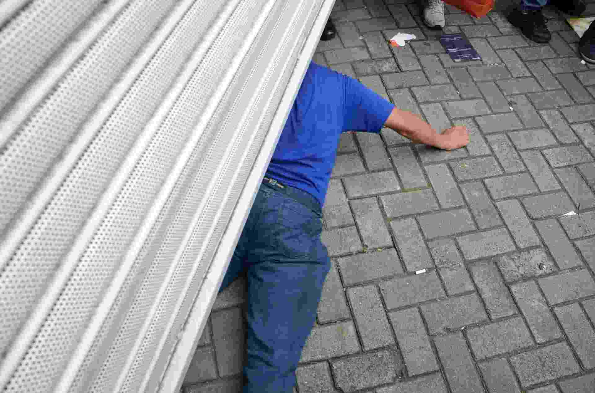 25.out.2015 - Candidatos se apressam antes do fechamento dos portões da Universidade Presbiteriana Mackenzie, na zona oeste de São Paulo, neste domingo (25), segundo dia de provas do Enem (Exame Nacional do Ensino Médio) - J. Duran Machfee/Estadão Conteúdo