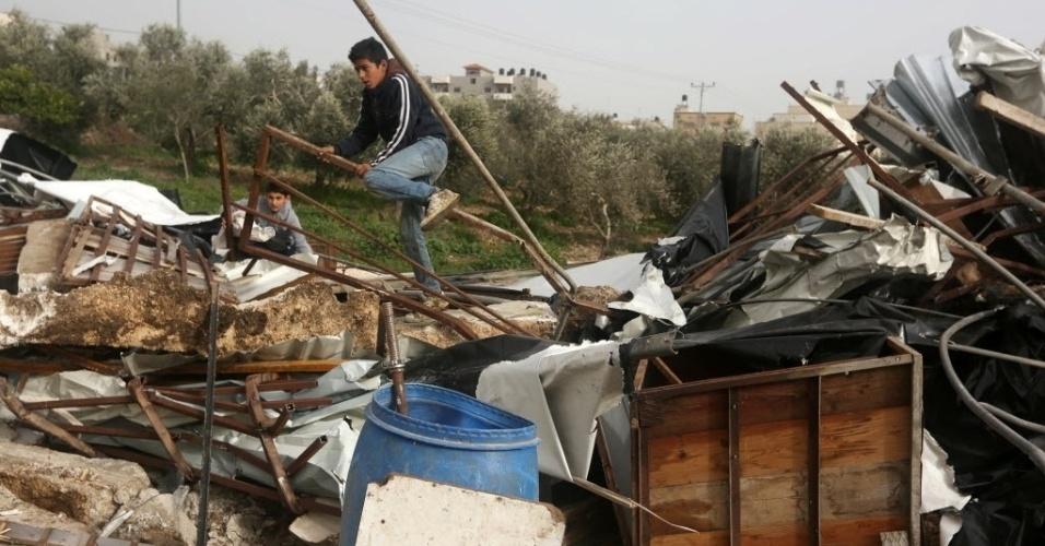 18.jan.2016 - Jovens de família palestina andam em meio a escombros da casa em que viviam, demolida por Israel por ter sido considerada irregular, na vila de al-Fundoq, na Cisjordânia