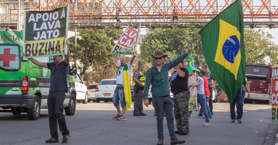 3.fev.2016 - Protesto contra o governo da presidente Dilma Rousseff interdita uma faixa da avenida Washington Luis, em frente ao Aeroporto de Congonhas, zona sul de São Paulo (SP), no sentido centro